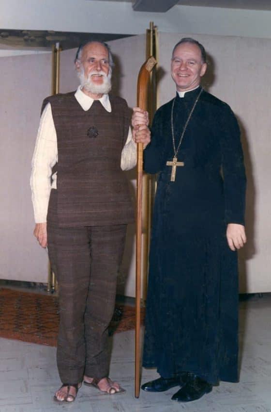 Lanza del Vasto - Avec un père Abbé.