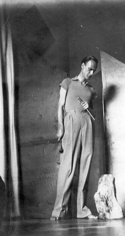 El escultor en su taller hacia 1935