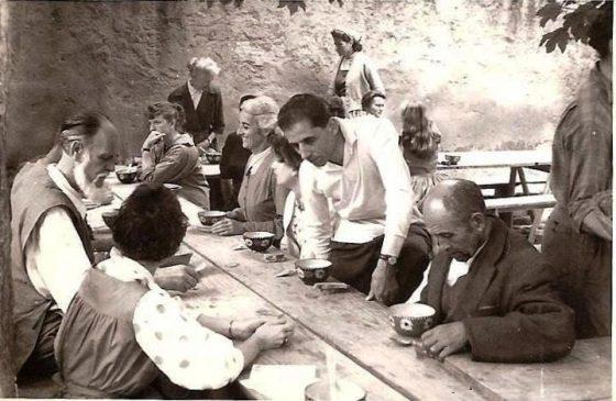 Lanza del Vasto - La table commune (Bollène, vers 1960).