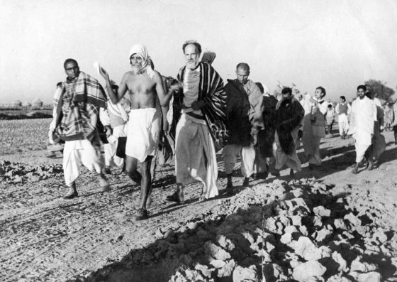 On the roads of India with Vinôbâ (Bihar, 1954).